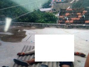 Korban tersengat arus listrik langsung meninggal dunia. (Foto atas) Warga berkerumun di sekitar TKP, Selasa (22/09).