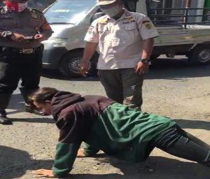 Seorang warga yang tidak mengenakan masker, mendapatkan hukuman push up di depan Pasar Rembang. (Foto atas) Bupati Rembang beserta pihak terkait menyuarakan protokol kesehatan, saat sosialisasi Perbup No.34 tahun 2020, Kamis (10/09).