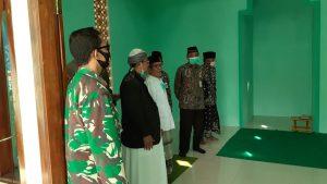 Bupati Rembang, Abdul Hafidz mengecek bagian dalam Mushola Al-Amin Kantor Kecamatan Pamotan, usai diresmikan, Jum'at (18/09).