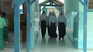 Pelajar SMP salah satu sekolah di Kabupaten Rembang berjalan melintasi lorong depan kelas, sebelum masa pandemi Covid-19.