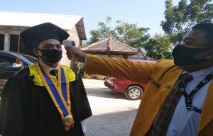 Sebelum wisuda, mahasiswa STIE YPPI Rembang diukur suhu tubuhnya, Selasa (15/09).