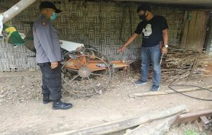 Aparat Polsek Sarang berada di salah satu TKP pencurian mesin traktor. (Foto atas) Kapolres Rembang, AKBP Kurniawan Tandi Rongre menunjukkan barang bukti mesin traktor curian, Jum'at (04/09).