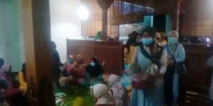Warga membawa hasil bumi pertanian, diantar ke rumah calon Bupati Rembang, Abdul Hafidz. (Foto atas) Pengurus Lindu Aji menyatakan dukungannya kepada calon Bupati, Abdul Hafidz.