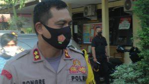 Kapolres Rembang, AKBP Kurniawan Tandi Rongre. (Foto atas) Seorang penyanyi di Kabupaten Rembang tampil dengan menggunakan masker, beberapa waktu lalu, sebelum ada pengumuman larangan pentas seni.