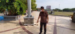 PJS Bupati Rembang, Imam Maskur mengecek keretakan lantai dan selokan Alun-Alunyang dipenuhi sampah, Minggu pagi (25/10).