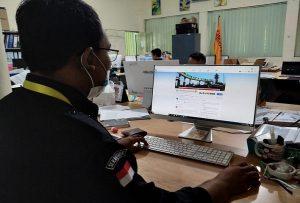 Staf Bawaslu Kabupaten Rembang melakukan pantauan media sosial, Selasa (27/10).