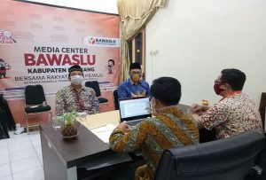 Cabup incumbent, Abdul Hafidz saat diklarifikasi Bawaslu, didampingi pengacara. (Foto atas) Bawaslu Kabupaten Rembang meminta klarifikasi Harno (baju putih) didampingi pengacaranya.