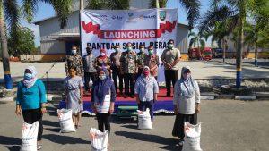 Penyerahan beras BSB untuk penerima PKH di halaman Gudang Bulog Rembang, beberapa waktu lalu.
