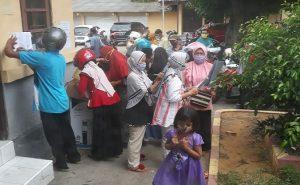 Warga menyerahkan berkas di kantor Dinperindagkop & UMKM Kabupaten Rembang. Cara seperti ini dihentikan, untuk mencegah kerumunan.