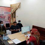 Charis Kurniawan (tengah pegang HP) melapor ke kantor Bawaslu Kabupaten Rembang, Jum'at (16/10).