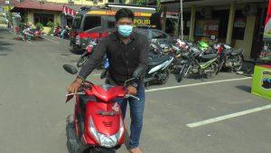 Anggota Reskrim Polres Rembang mengamankan 1 unit Honda Beat motor curian. (Foto atas) Kapolres Rembang meminta keterangan tersangka pelaku Curanmor, AK, Jum'at (23/10).