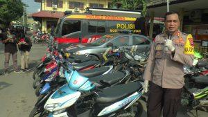Kapolres Rembang, AKBP Kurniawan Tandi Rongre menunjukkan barang bukti motor curian. 7 unit diantaranya diamankan dari hasil kejahatan AK dan P.
