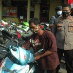 Sutanto, warga Desa Jukung Kecamatan Bulu, Jum'at (23/10) mengecek motor miliknya, setelah ditemukan aparat Polres Rembang.