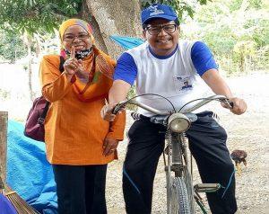 Calon Bupati Rembang, Harno dan kedekatan dengan pendukungnya. (Foto atas) Kalangan millenial mendukung pasangan Harno – Bayu.