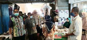 PJS Bupati Rembang, Imam Maskur (berkacamata) ketika memantau kepatuhan masyarakat memakai masker.