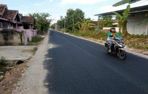 Ruas jalan Sendangagung – Gunungsari dilebarkan. (Foto atas) Pengerjaan jalan Kasreman – Punjulharjo.