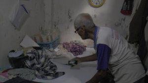 Mbah Sumadi ketika berada di rumahnya. (Foto atas) Saat sang cucu membujuk Mbah Sumadi, agar menghentikan penggalian kubur.