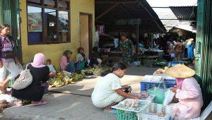 Para pedagang kecil di Pasar Sulang.