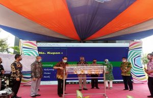 PJS Bupati Rembang, Imam Maskur memutar undian Tamades PD BPR BKK Lasem, Rabu (14/10).
