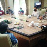 Suasana pertemuan perwakilan pekerja seni dengan Forkopimda di ruang kerja PJS Bupati, Kamis sore (15/10).