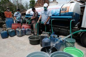 Penyaluran air bersih dari PT Semen Gresik Pabrik Rembang di Desa Seren, Kecamatan Sulang.