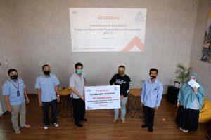 Penyerahan beasiswa secara simbolis dari PT Semen Gresik di Rumah BUMN Rembang, Kamis (01/10).