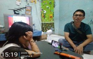 Hasil penggalangan dana bantuan diserahkan kepada ibunda Ratna Maya, Sabtu sore (10/10). Tampak Ratna Maya duduk dengan kondisi punggung dibalut perban.