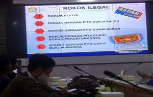 Sejumlah Wartawan mengamati layar monitor tentang peredaran rokok ilegal, Senin (19/10).