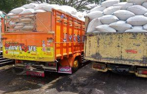 Truk-truk pengangkut gabah di area gudang beras PT Sari Buana (Bahien), didominasi dari luar daerah. Tampak dua truk ini dari Magelang dan Sragen.