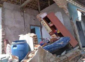 Efek ombak besar, bangunan rumah warga rusak. Petugas BPBD Kabupaten Rembang mengecek desa rawan abrasi di Kecamatan Kragan.