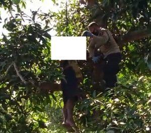 Evakuasi korban bunuh diri di Desa Sendangmulyo, Kecamatan Bulu, Kabupaten Rembang, Rabu (18/11).