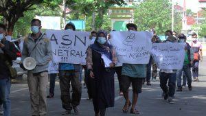 Massa di Rembang, menggelar aksi demo menuntut netralitas aparatur sipil negara (ASN).