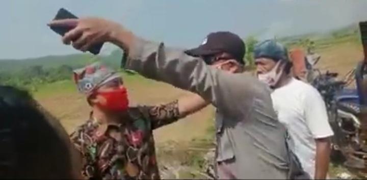 Demo Warga Menutup Jalan Menuju Pabrik, Diwarnai Adu Mulut Dengan Polisi