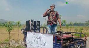 Aksi demo warga Desa Sendangmulyo Kecamatan Gunem, yang memblokir jalan menuju pabrik pembibitan ternak ayam, sempat diwarnai adu mulut dengan aparat kepolisian, Minggu siang (15/11).
