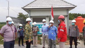 Pejabat Sementara Bupati Rembang, Imam Maskur (batik hijau) mengunjungi pos pengisian gas di Dusun Padas, Desa Jatihadi, Kecamatan Sumber.