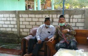 Calon Bupati nomor urut 1 dan nomor urut 2, Harno dan Abdul Hafidz bertemu, saat takziyah ke rumah warga di Desa Pamotan, belum lama ini.
