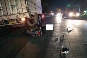 Kecelakaan melibatkan sepeda motor dan truk parkir terjadi di jalur Pantura Desa Tambakagung, Kecamatan Kaliori, Minggu malam (22/11).
