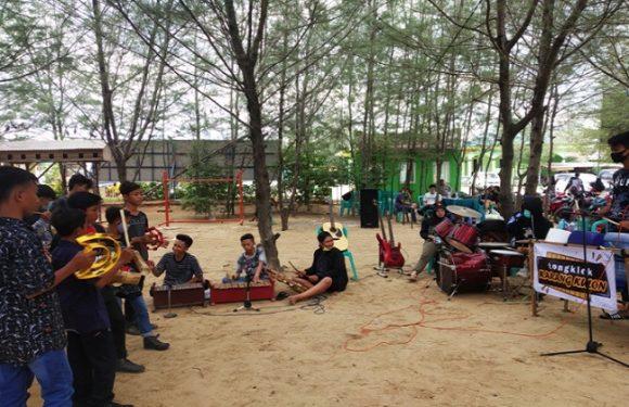 Sentuhan Baru Di Pantai Karangjahe, Kombinasikan Thong-Thong Lek Dengan Musik Band