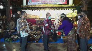 PJS Bupati Rembang, Imam Maskur menyerahkan secara simbolis wayang kepada dalang Ki Gondrong Al-Frustasi di Pendopo Museum Kartini, Kamis malam (05/11).