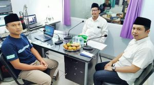Suasana talk show Pilkada di Radio R2B, Kamis malam (12/11), menghadirkan pasangan calon Harno – Bayu Andriyanto.
