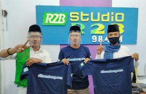 Relawan pasangan calon foto bareng, seusai talk show Pilkada, Kamis malam (05/11).