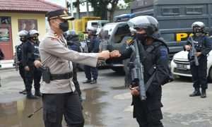 Kapolres Rembang, AKBP Kurniawan Tandi Rongre melepas pasukan bantuan pengamanan Pilkada, kembali ke kesatuannya, Kamis pagi. (Foto atas) Aparat kepolisian menjaga Kantor KPU Rembang, Rabu malam (09/12).