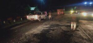 Pekerja memperbaiki jalan berlubang di jalur Pantura Semarang – Surabaya, tepatnya di Kecamatan Sluke, Rembang.