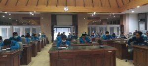 Mahasiswa saat dialog di gedung DPRD Rembang, Senin (07/12).
