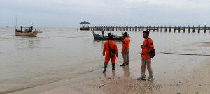 Tim SAR dari Pati dan Rembang, Senin pagi (21/12) berada di Pantai Pasir Putih Dusun Wates, Desa Tasikharjo, Kecamatan Kaliori, untuk melakukan pencarian korban hilang.