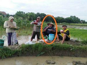 Supadi, Ketua DPRD Rembang menikmati sarapan di pematang sawah, di sela-sela memantau lahan garapannya, Sabtu pagi (12/12).