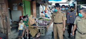 Bupati Rembang, Abdul Hafidz memantau kondisi pasar di Sarang dan Kragan, Senin (11/01).