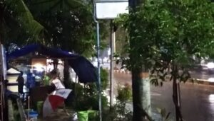 Meski hujan deras, sebuah warung angkringan tetap buka di Jl. Pemuda Rembang.