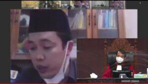 Bayu Andriyanto menyampaikan pendapatnya secara online ketika sidang sengketa Pilkada Rembang. (Insert) Tampak Ketua Majelis Hakim MK, Anwar Usman mendengarkan. (Foto tangkapan layar Youtube MK).