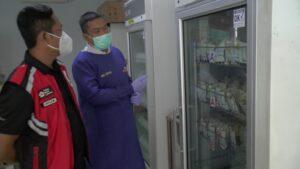 Sekretaris PMI Kabupaten Rembang, Suparwi (rompi merah) dan petugas Unit Transfusi Darah mengecek persediaan darah di lantai II Sekretariat PMI.